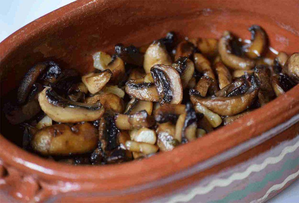 champiñones-al-vino-blanco-al-ajillo-receta-laminados-a-la-sarten-ingredientes-preparacion-setas-facil-rapida-sencilla-guarnicion
