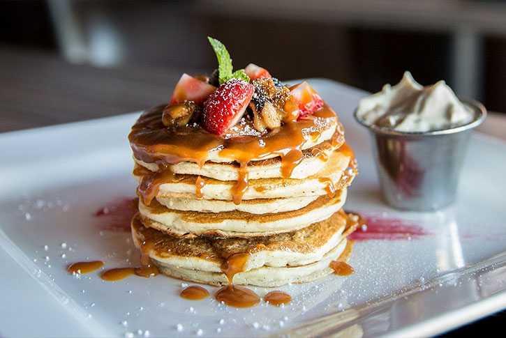 receta-de-tortitas-americanas-autenticas-con-sirope-de-chocolate-pancakes-caseras-como-hacer-rapidas-faciles-jugosas-sin-mantequilla-levadura-deliciosas-ricas-desayuno-masa-ingredientes-preparacion-preparar-para